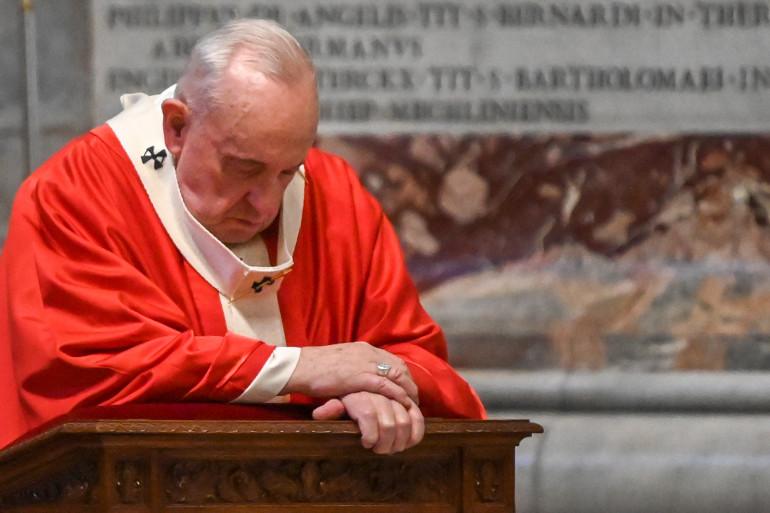 Le Pape François, agenouillé, en prière, le dimanche 6 mars 2020 en la basilique Saint-Pierre de Rome, à l'occasion du Dimanche des Rameaux