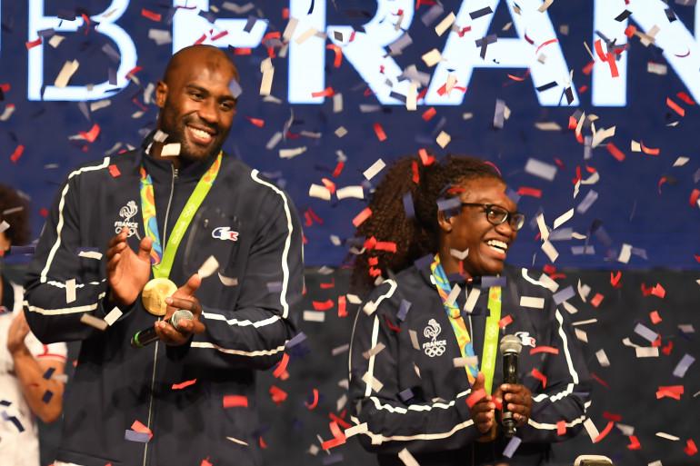 Teddy Riner et Émilie Andéol avec leurs médailles d'or aux JO de Rio le vendredi 12 août 2016