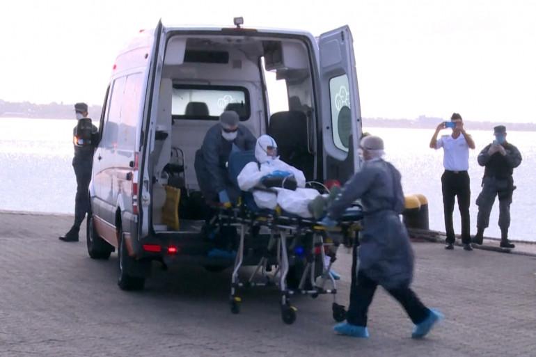 Des passagers évacués d'un paquebot en Uruguay, lundi 6 avril 2020