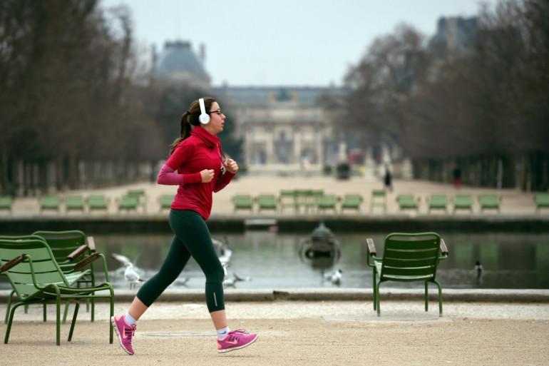 Le jogging, comme ici dans le jardin des Tuileries à Paris, sera désormais interdit entre 10h et 19h (Illustration)