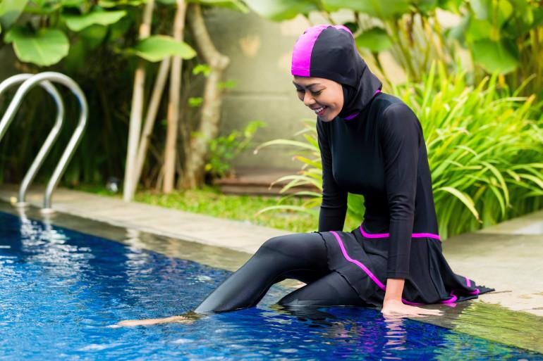 Une femme portant un burkini à la piscine (illustration)