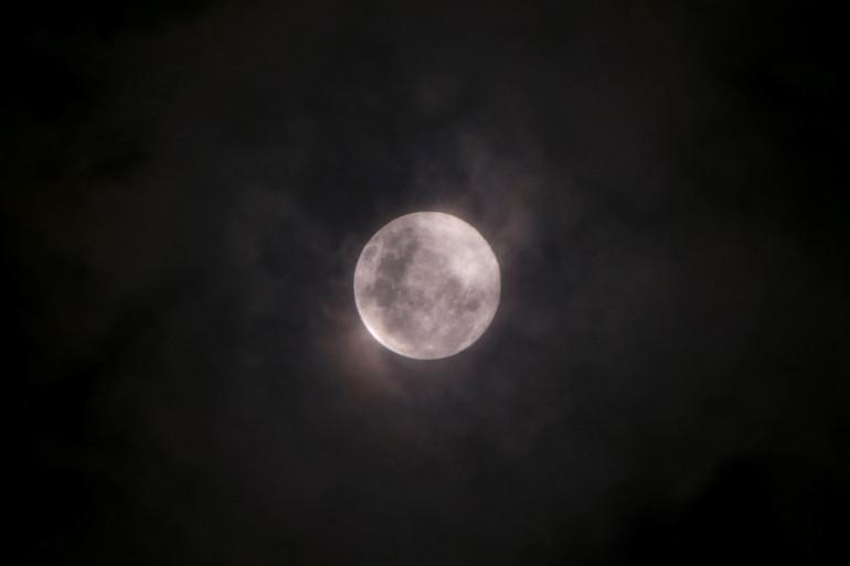 """À Jakarta, en Indonésie, de fins nuages ont recouvert la """"super Lune""""."""