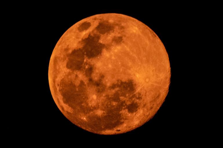 """Dans le ciel de Bangkok, en Thaïlande, la """"super Lune"""" a pris des teintes cuivrées."""
