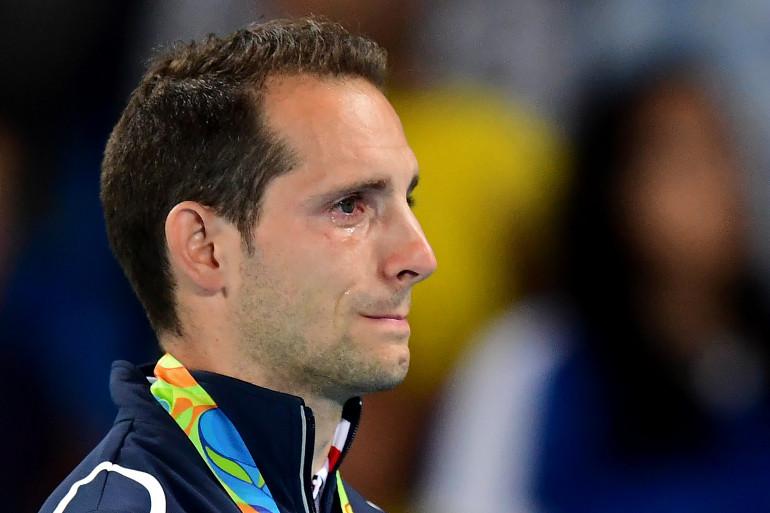 Renaud Lavillenie, en larmes, sur le podium du saut à la perche, le 16 août.