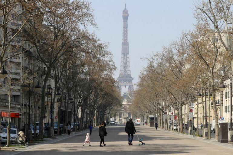Une rue près de la tour Eiffel à Paris, déserte pendant le confinement