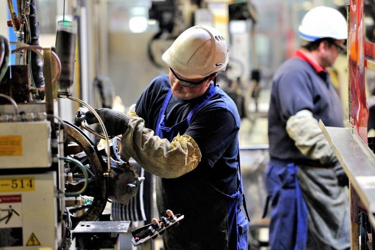 Un salarié de l'usine Toyota Onnaing, près de Valenciennes, sur une ligne de production.