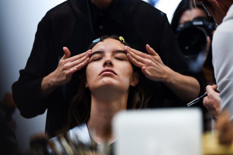 Une femme se fait masser le visage à Paris le 25 septembre 2018