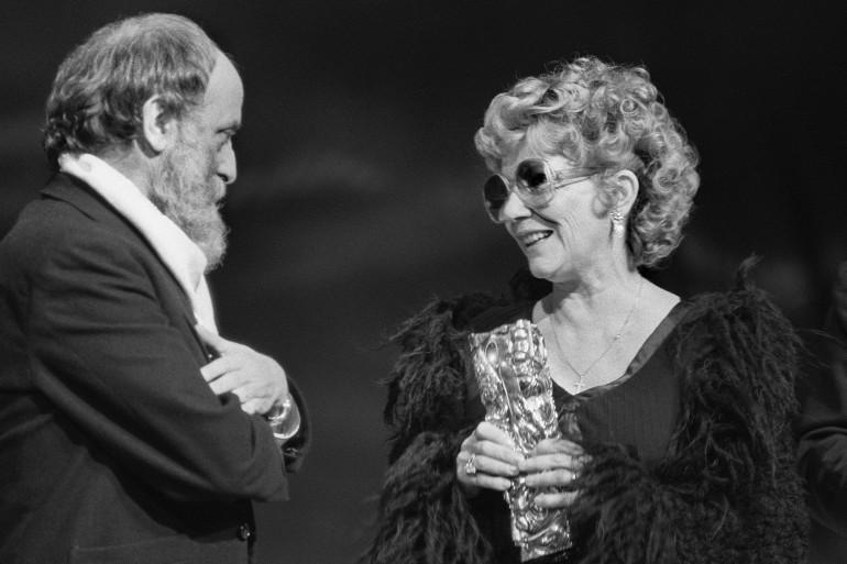 Jacqueline Pagnol reçoit un César d'honneur des mains du sculpteur César, le 31 janvier 1981