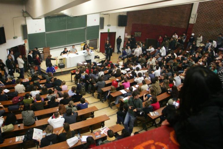 Des étudiants dans un amphithéâtre de la Sorbonne