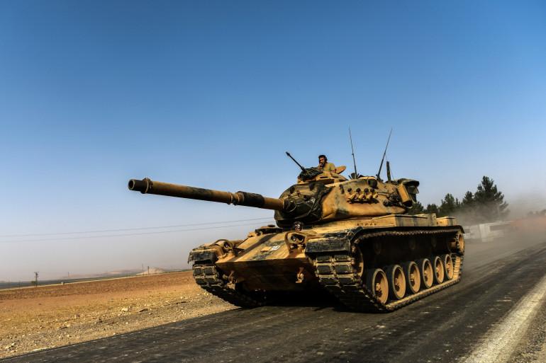 Un char de l'armée turque en route vers la Syrie