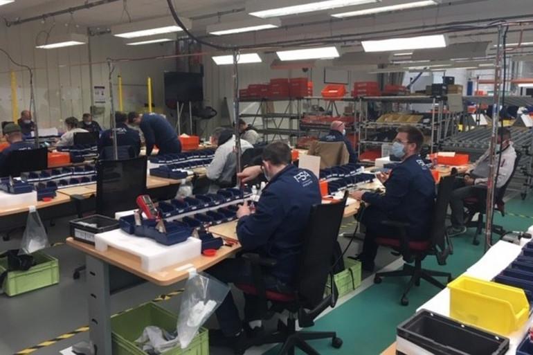 Des salariés de l'usine PSA à Poissy (Yvelines) fabriquent des respirateurs artificiels pour fournir les hôpitaux.