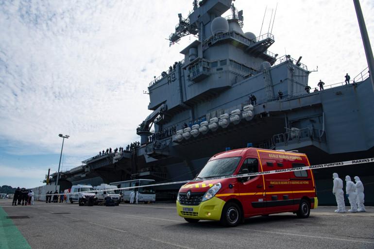 Le porte-avions Charles de Gaulle à Toulon, le 12 avril 2020