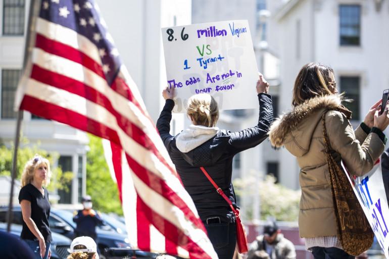 Des Américains manifestent contre le confinement