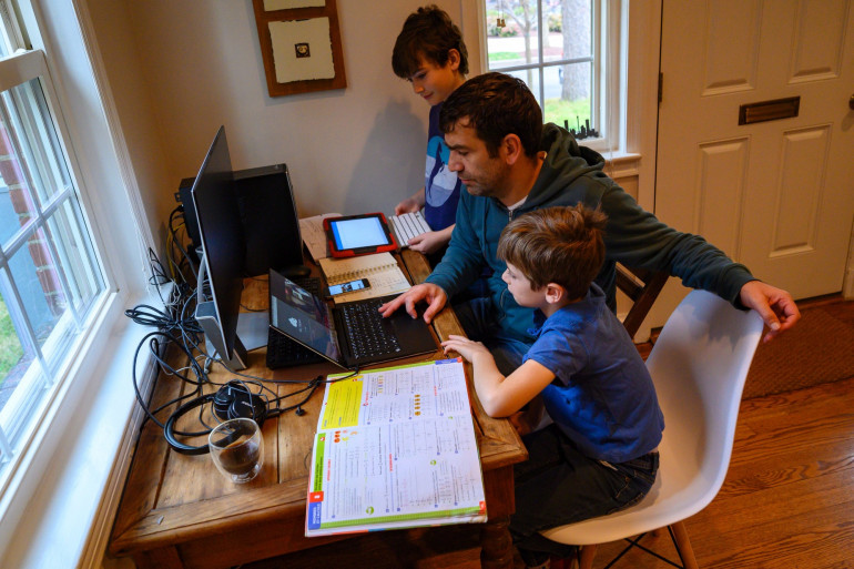 Une famille entre télétravail et école à la maison à Washington, le 20 mars 2020