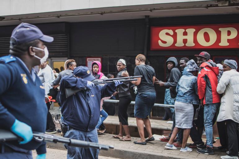 Des policiers équipés de masques pendant l'épidémie de coronavirus, à Johannesburg (Yeoville), en Afrique du Sud, le 28 mars 2020