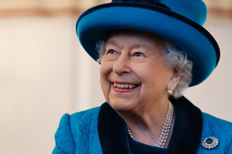 La reine Elizabeth II en visite au nouveau siège de la Royal Philatelic Society à Londres le 26 novembre 2019.