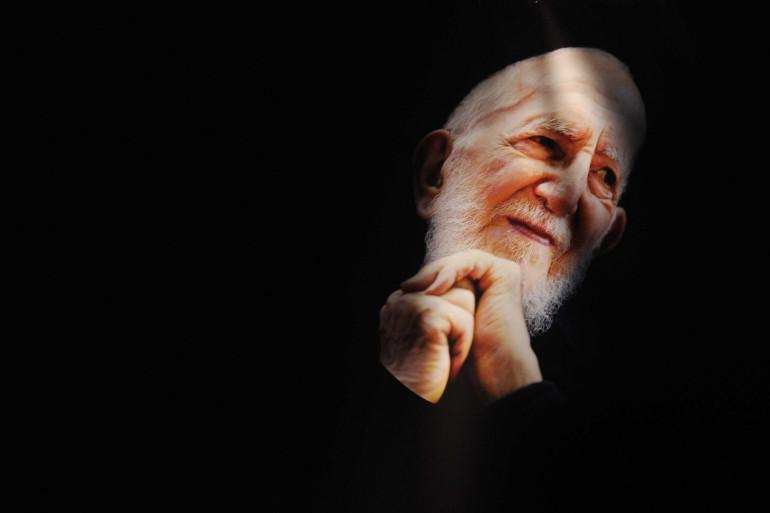 Un portrait de l'abbé Pierre affiché aux 60 ans de l'anniversaire d'Emmaüs, le 30 octobre 2009 au Zénith de Paris