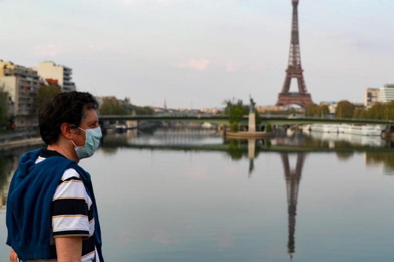 Un homme marche sur un pont au-dessus de la Seine, à Paris pendant l'épidémie de coronavirus