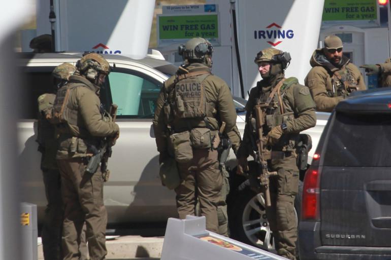 Des forces de l'ordre après la neutralisation du tireur dans une station-service près de Elmsdale, en Nouvelle-Ecosse, dimanche 19 avril 2020