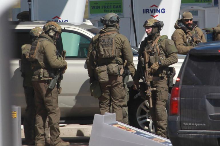 Des membres des forces de l'ordre canadiennes, après la tuerie perpétrée en Nouvelle-Écosse, le 19 avril 2020.