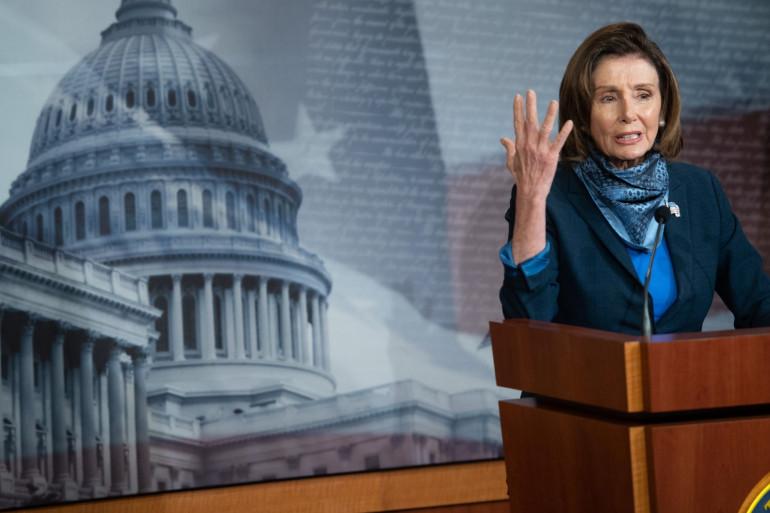 Nancy Pelosi, la cheffe démocrate de la Chambre des représentants, lors du vote au Sénat du plan de 500 milliards de dollars débloqués pour la crise du coronavirus