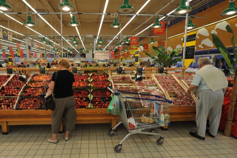 Le rayon fruits et légumes d'un supermarché (Illustration).