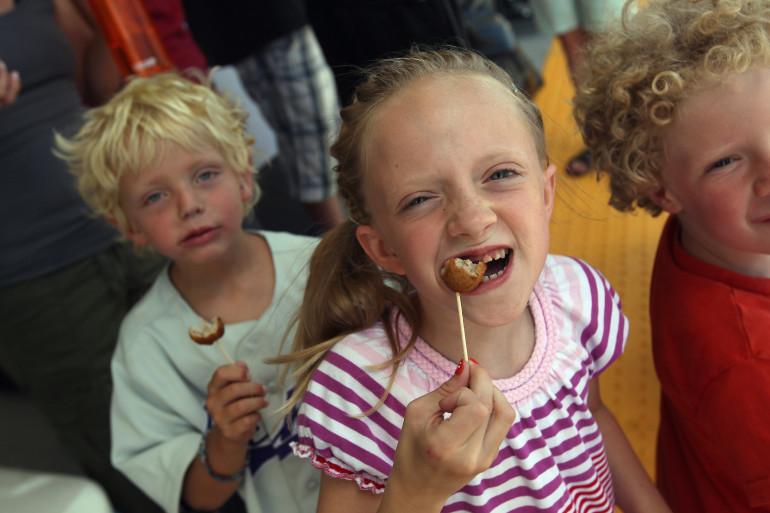 Des enfants dégustant des boulettes de viande en Suède