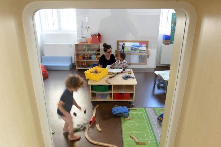 Des enfants dans une crèche (illustration)