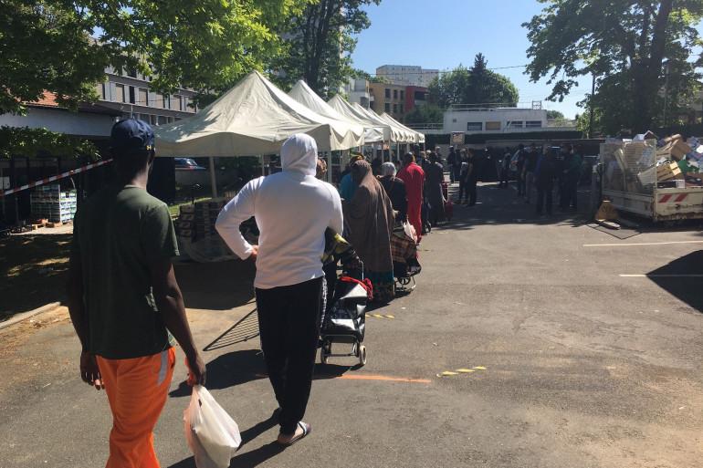 À Clichy-sous-Bois la queue pour accéder à la distribution alimentaire s'étend sur 300 mètres.