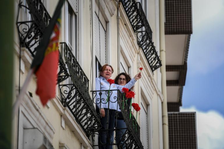 Des portugaises célébrant la révolution de 1974 à leur balcon, à Lisbonne, le 25 avril.