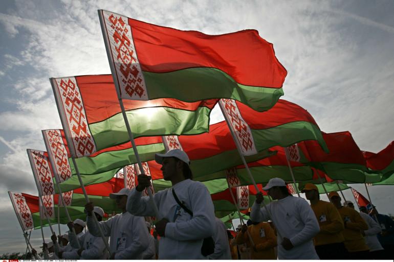 Des sportifs font flotter le drapeau de la Biélorussie/du Belarus en septembre 2008