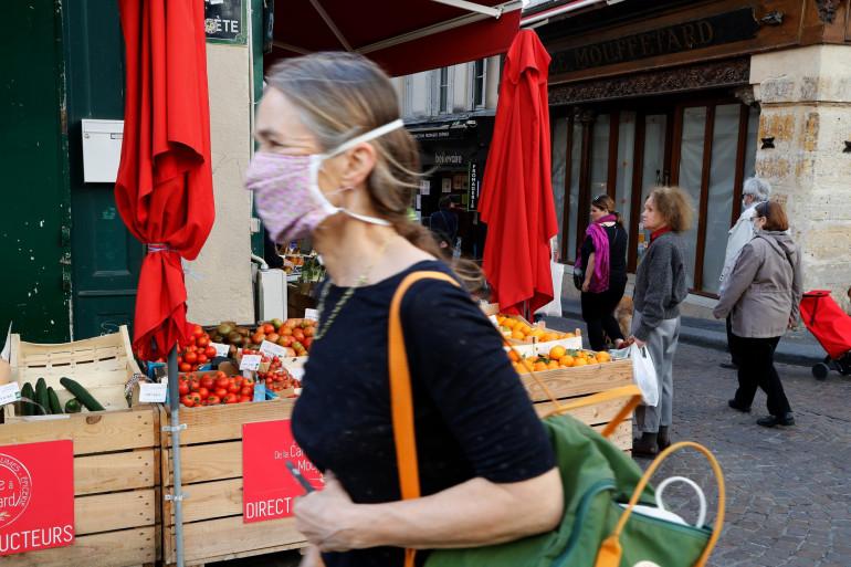 Un femme portant un masque en tissu à Paris, le 19 avril 2020