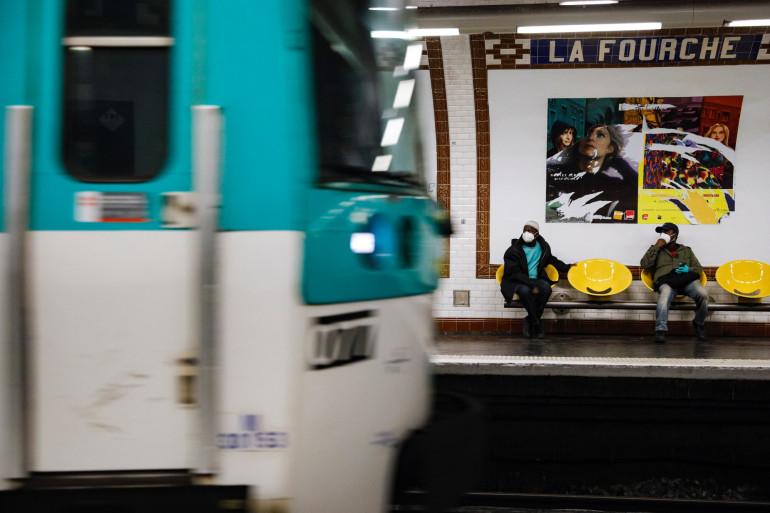 Des personnes dans le métro parisien, le 24 avril 2020