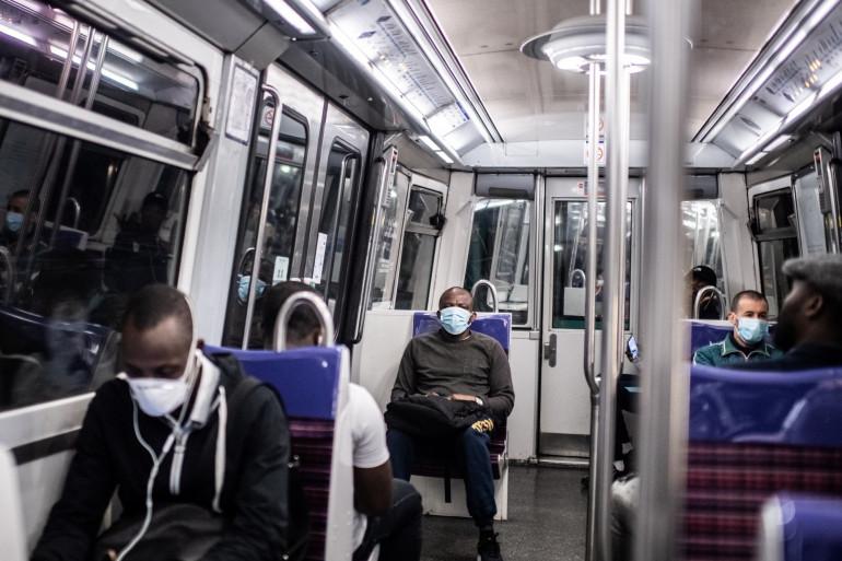 Passagers dans le métro parisien le 23 avril 2020.
