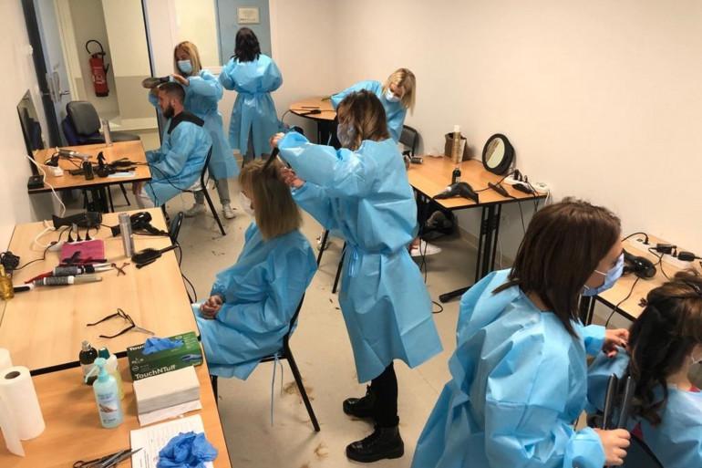 L'équipe de David Louder dans la salle de réunion 202 transformée en salon de coiffure éphémère.