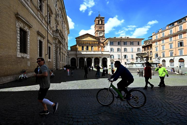 La place Santa Maria in Trastevere de Rome le 3 mai 2020, pendant le confinement du pays pour faire face à la propagation du Covid-19.