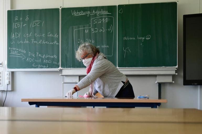 Une enseignante nettoie sa classe, dans une école de Dortmund, en Allemagne. (illustration.)
