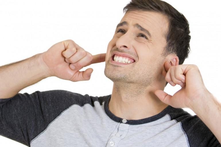Un homme se bouche les oreilles (illustration)