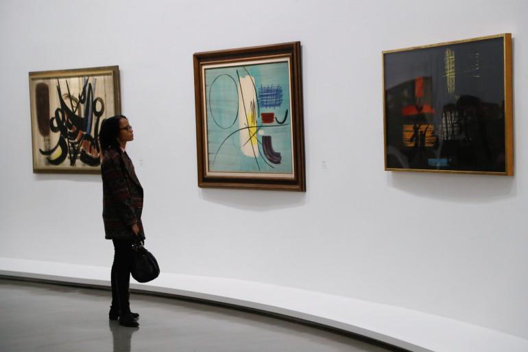 Une visiteuse du Musée d'Art Moderne de Paris (illustration)