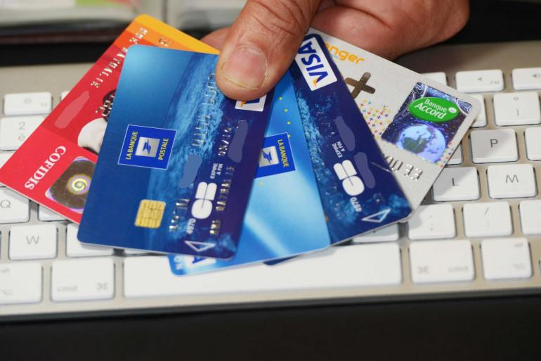 Différentes sortes de cartes de crédit, cartes bleue, Visa et Mastercard (illustration)