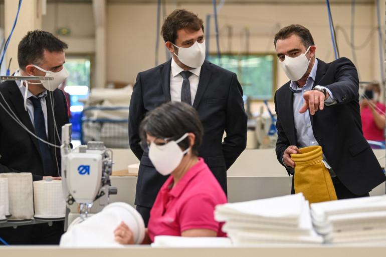 Christophe Castaner dans l'entreprise de fabrication de masques de Mortelecque, à Annoeullin (Nord).
