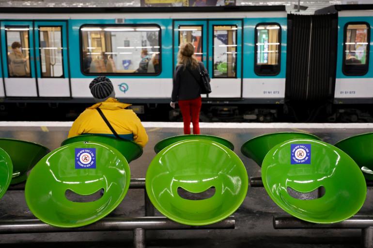 Des passagers dans une station de métro à Paris, le 29 avril 2020