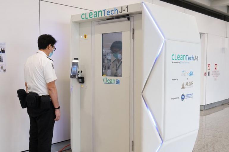 Une cabine désinfectante contre le coronavirus installée à l'aéroport international d'Hong Kong.