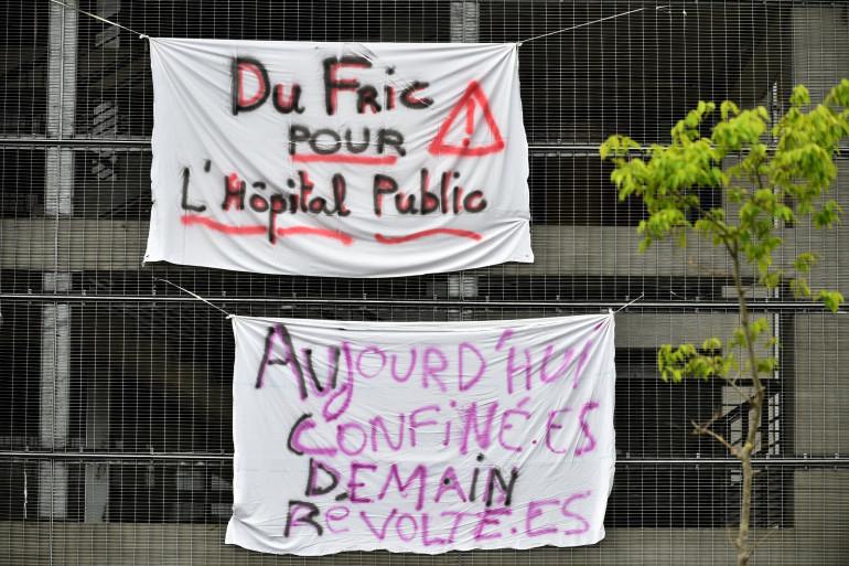 Des slogans affichés à l'extérieur du CHU Purpan de Toulouse, le 1er mai, à l'occasion de la fête du travail.