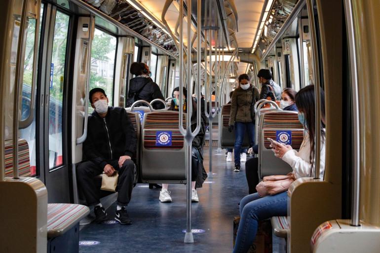 Des usagers des transports en commun parisiens ce lundi 11 mai, premier jour du déconfinement
