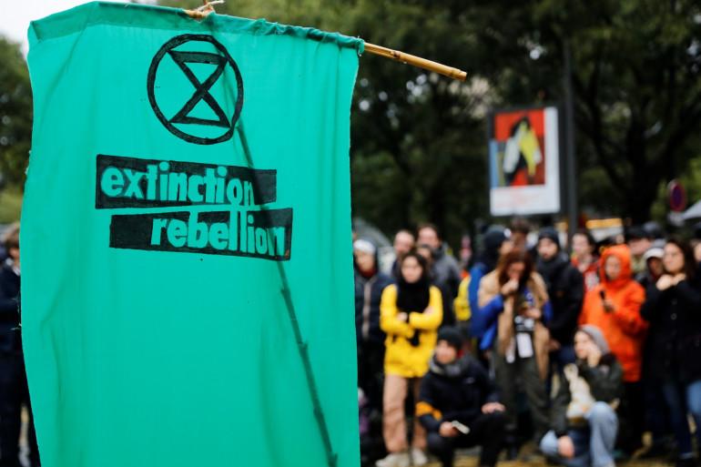 Un drapeau d'Extinction Rebellion pendant une manifestation pour le climat à Paris, en octobre 2019.