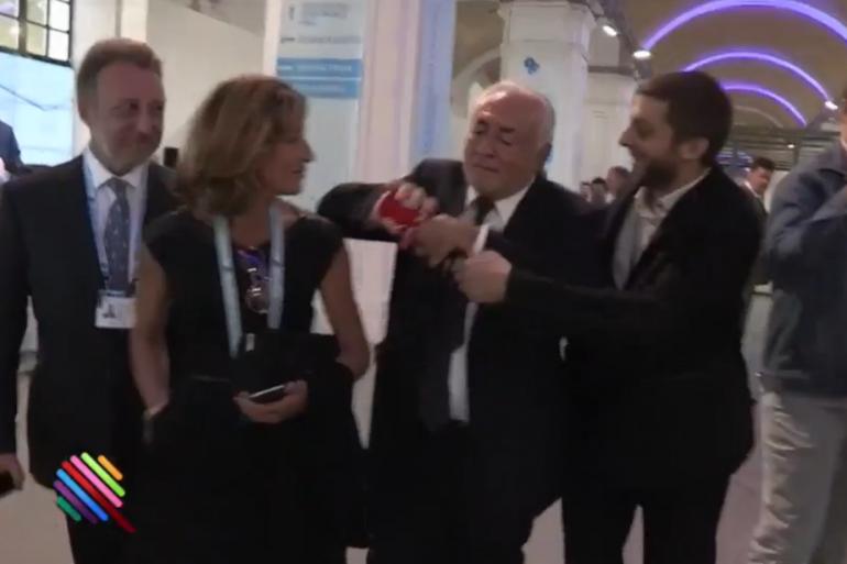 """Dominique Strauss-Kahn face à un journaliste de """"Quotidien"""" à Kiev"""