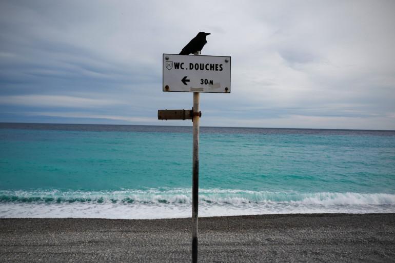 Une plage niçoise désertée à cause du cnfinement.