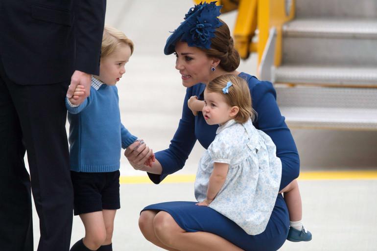 À 3 et 1 ans, l'heure est déjà aux visites officielles pour George et Charlotte.