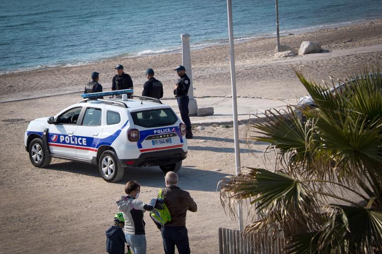 Des policiers contrôlent la plage du Prado à Marseille, interdite au public, le 19 mars 2020.